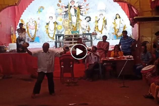 দু'হাতে ধুনচি নিয়ে চরম নাচ, বুড়ে হাড়ে ভেলকি দেখালেন দাদু! পাড়ার পুজো সরগরম