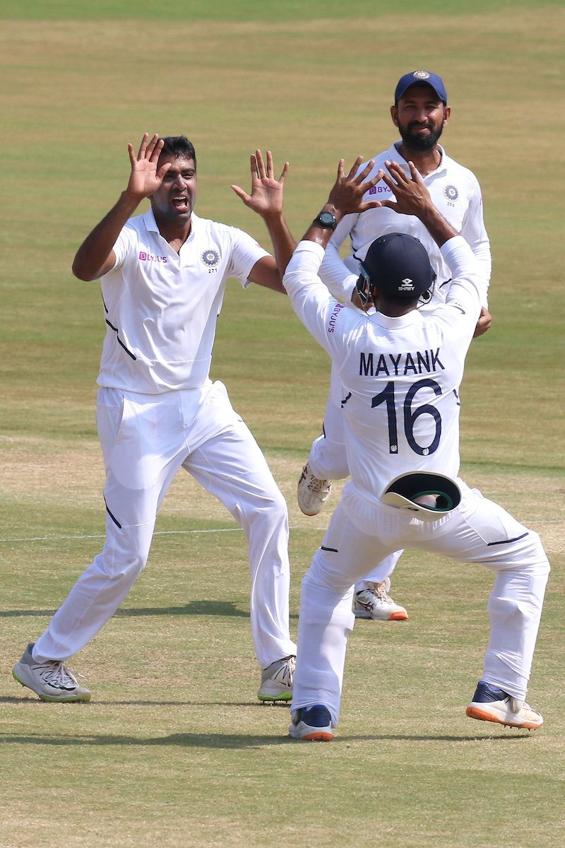১০.৫ ওভার বল করে ৩৫ রান দিয়ে ৫ উইকেট নেন শামি ৷ অন্যদিকে ৮৭ রান দিয়ে ৪ উইকেট নেন রবীন্দ্র জাদেজা ৷ Photo Courtesy: BCCI/Twitter