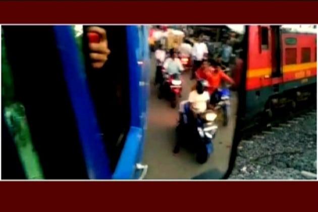 বর্ধমানে রেল লাইনের একটু আগে দাঁড়িয়ে বাস ! সেই অবস্থায় পড়ল না রেল গেট, ছুটল ট্রেন !