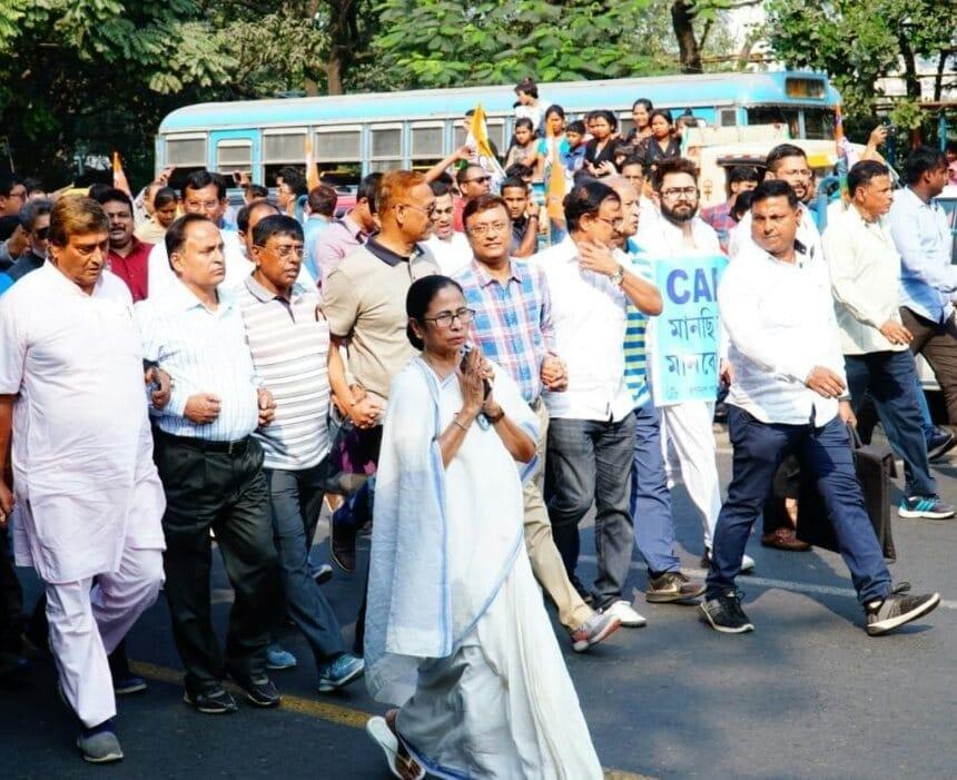 মেয়ো রোডের গান্ধি মূর্তি হয়ে মিছিল গেল জোড়াসাঁকো ঠাকুরবাড়ি পর্যন্ত ৷ Picture Courtesy- Sujit Nath