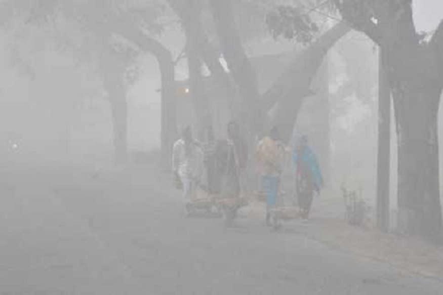 আগামী ২৪ ঘণ্টায় তাপমাত্রা সামান্য বাড়বে । সর্বনিম্ন তাপমাত্রা স্বাভাবিক বা স্বাভাবিকের উপরে থাকবে। আগামীকাল মেঘলা আকাশ বৃষ্টির সম্ভাবনা পশ্চিমের জেলাগুলিতে। বৃহস্পতিবার কলকাতা সহ রাজ্যজুড়ে হালকা থেকে মাঝারি বৃষ্টির পূর্বাভাস। বঙ্গোপসাগরে বিপরীত ঘূর্ণাবর্তের জেরে এই বৃষ্টি । প্রতীকী ছবি ৷