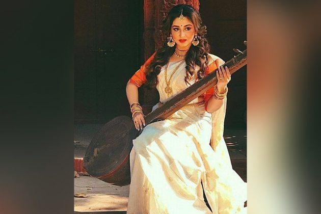 সাদা শাড়ি-হাতে বীণা,সাক্ষাৎ মা সরস্বতীর রূপে 'ফাগুন বউ' ঐন্দ্রিলা!দেখুন ছবি