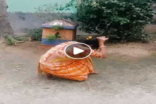পার্টি গার্লরাই নাচতে পারে নাগিন ডান্স? শাঁখা হাতে আটপৌরে শাড়িতে বাড়ির উঠোনে বউয়ের নাচ, ভাইরাল ভিডিও