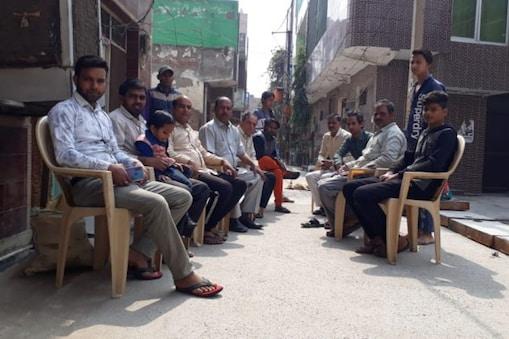 পাহারা দিচ্ছেন শিববিহার এলাকার বাসিন্দারা-- Rounak Kumar Gunjan/News18