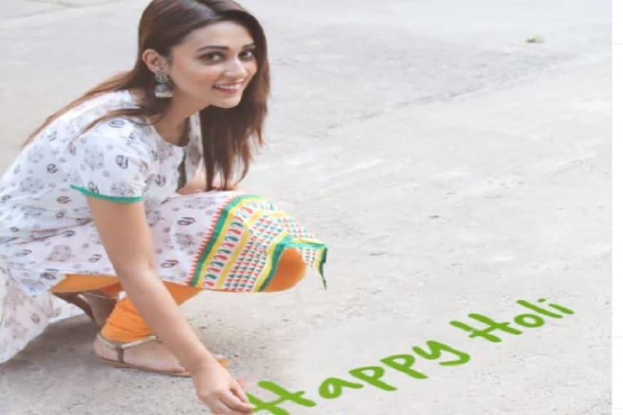 দোল উৎসবে মেতে উঠলেন অভিনেত্রী সাংসদ মিমি চক্রবর্তী৷ Photo Courtesy: Instagram