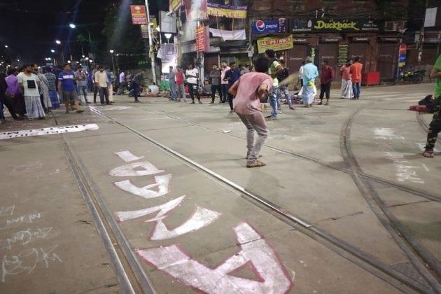ব্যস্ত এম জি রোডে রাতভর ক্রিকেট ম্যাচ !ঘুরপথে চলল গাড়ি