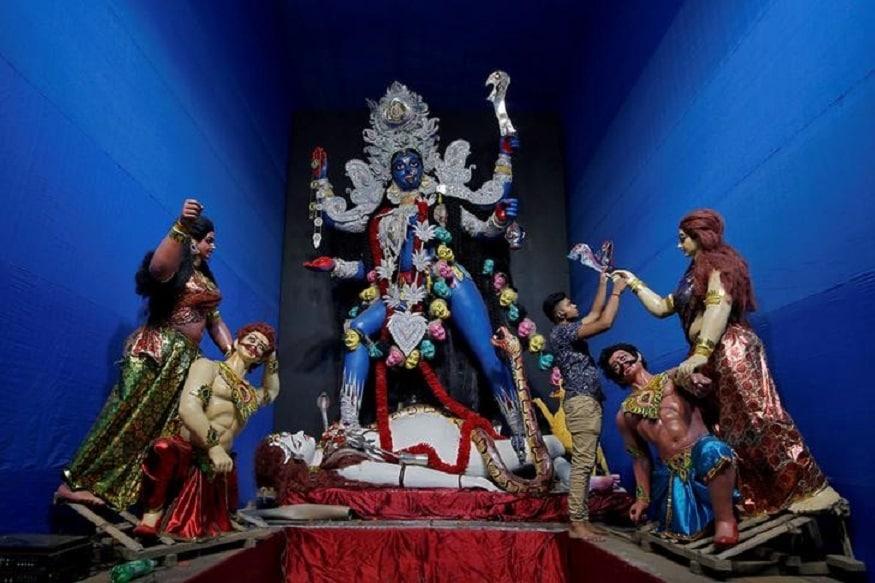 দুধ-স্নানাদি প্রদানের মন্ত্র-'ওঁ ক্রীং কাল্ল্যৈ নমঃ পয়স্নানাম্ সমর্পয়ামি।'
