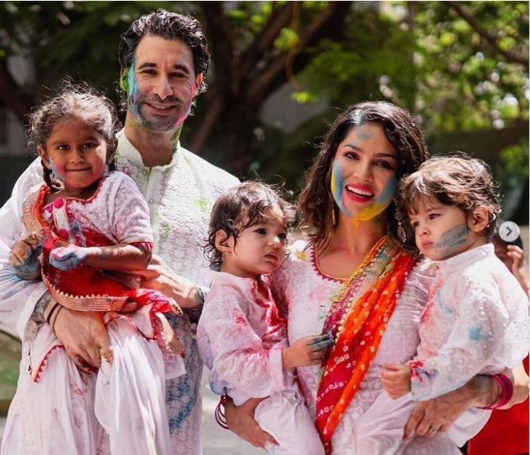 পরিবারের সঙ্গেই এদিন হোলি উৎসবে মেতেছিলেন সানি ৷ Photo Courtesy: Sunny Leone/Instagram
