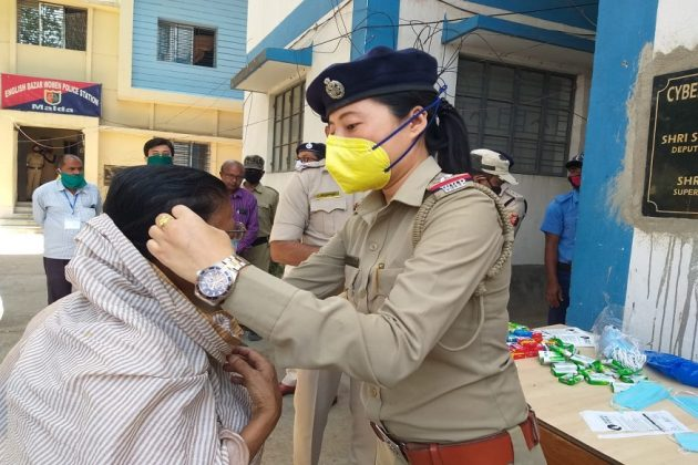 #Lockdown: গরিব-নিরন্ন থেকে অসহায় বৃদ্ধ, মুখে অন্ন তুলে দিচ্ছে মালদহ পুলিশ