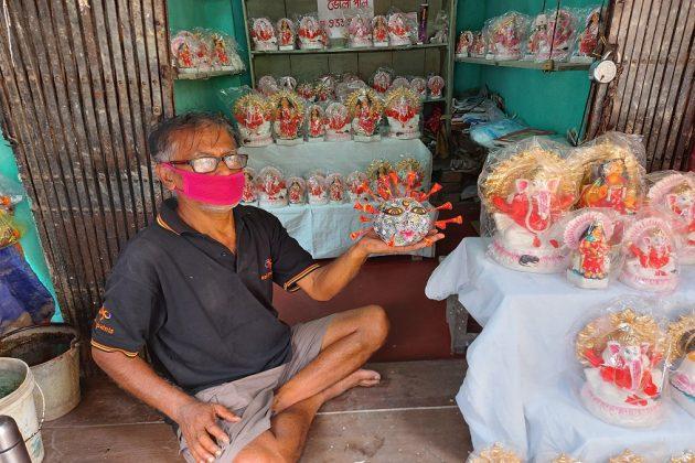 বিদায় নিক মারণ ভাইরাস, মূর্তি গড়ে কুমোরটুলিতে করোনাদেবীর পুজো