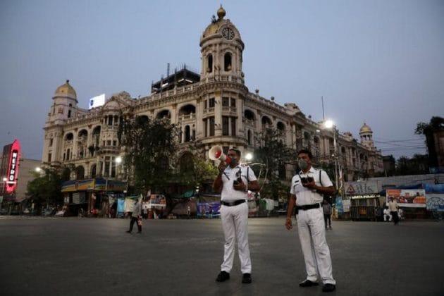 Kolkata Police| স্যালুট! 'আমার কাকা খুব অসুস্থ!' ফোন পেয়েই অ্যাম্বুল্যান্স নিয়ে বাড়িতে কলকাতা পুলিশের অফিসাররা