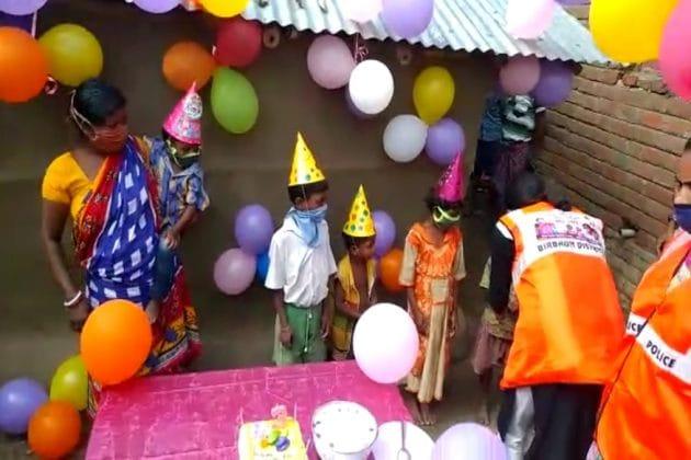 আদিবাসী শিশুর জন্মদিনে বাড়ি সাজল বেলুনে, টহলদারির সময় জানতে পেরে কেক নিয়ে হাজির পুলিশ