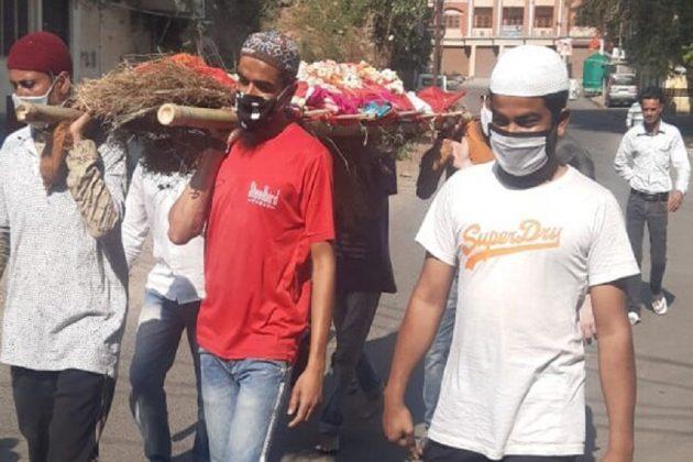 গাড়ি নেই রাস্তায়, হিন্দুর মরদেহ শ্মশানে নিয়ে চললেন মুসলিম ভাইয়েরা