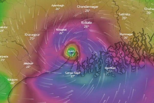 Amphan Cyclone: যেন মহাপ্রলয় এসেছে ! কলকাতা-সহ ৭ জেলায় তাণ্ডব চালাচ্ছে আমফান