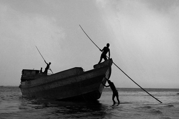 পদ্মায় মাছ ধরার উপায় নেই, বাজার নেই, আয়ও নেই...দুর্দশায় দিন কাটছে মৎস্যজীবীদের