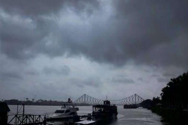 Amphan Cyclone  গাছ পড়ল! কলকাতায় তীব্র গতিতেই আছড়ে পড়বে আমফান