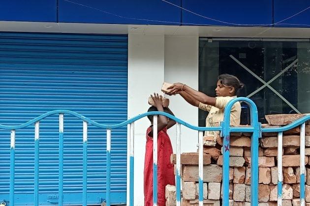 Lockdown| খিদের জ্বালায় শেষমেশ ইট বইছে পথশিশুরা, খোদ কলকাতায়
