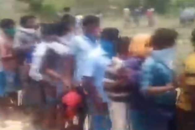 Lockdown| মদ কিনতে কিলোমিটার লম্বা লাইনে ঠেলাঠেলি-পুলিশের লাঠিচার্জ, দেখুন ভিডিও