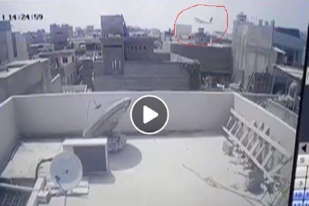 PIA Plane Crash: ল্যান্ড করার ঠিক আগের মুহূর্তেই ভেঙে পড়ল বিমান ! CCTV-তে ধরা পড়ল দুর্ঘটনার ছবি