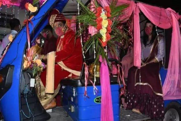 এয়ার হোস্টেস নববধূকে ই-রিক্সায় বসিয়ে বাড়ি ফিরলেন Indian Idol খ্যাত অভিষেক!