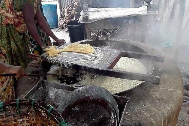 নিম্নমানের ভেজাল চানাচুর তৈরির ৩টি কারখানার হদিশ শহরে