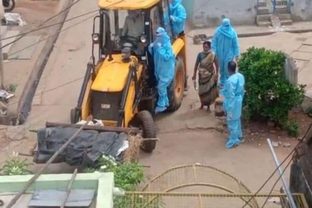 অমানবিক...আধিকারিকদের নির্দেশে জেসিবি-তে শ্মশানে গেল করোনা আক্রান্তের মরদেহ! ভাইরাল ভিডিও