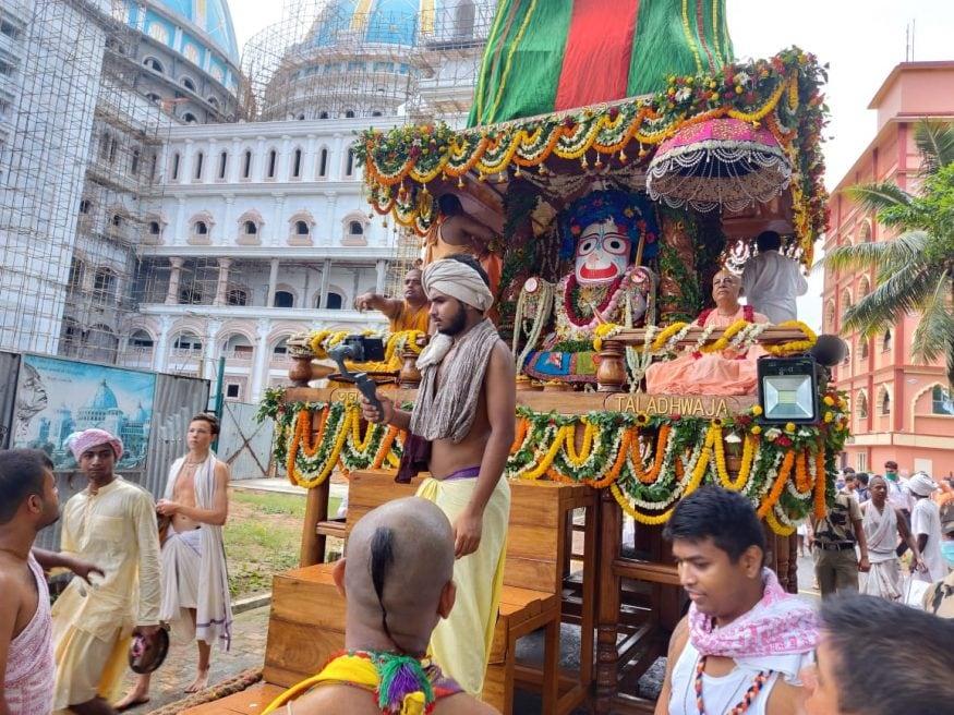 অনলাইনে দর্শন মিলবে জগন্নাথদেবের। আপাতত এ বছর সোশাল মিডিয়াতেই ইসকনের রথযাত্রা দেখে সন্তুষ্ট থাকতে হবে ভক্তদের। (Picture Courtesy: Somraj Bandopadhyay)