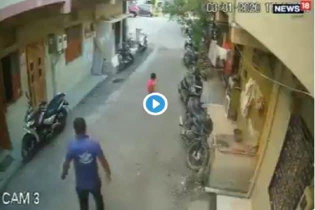ছেলের সঙ্গে ক্রিকেট খেলতে খেলতে রাস্তায় লুটিয়ে পড়ল বাবা, করুণ এই CCTV ফুটেজ ভাইরাল
