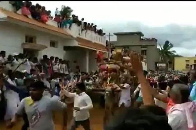 সামাজিক দূরত্ব শিকেয়! কর্ণাটকের মন্দিরের উৎসবে হাজার হাজার মানুষের ঢল
