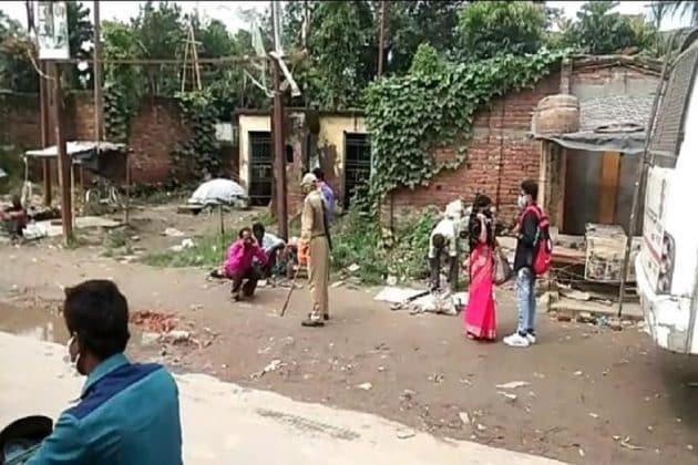 মাস্ক ছাড়া রাস্তায় বের হওয়ায় বাসিন্দাদের কানধরে উঠবস করাল পুলিশ, বাদ নেই মহিলারাও