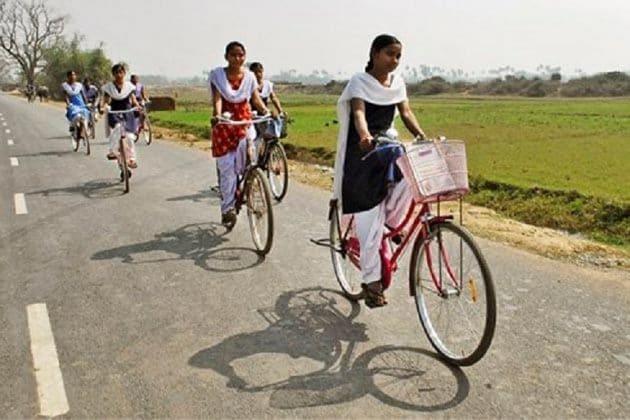 রোজ সাইকেলে ২৪ কিলোমিটার পাড়ি, মাধ্যমিকে ৯৮.৭৫ শতাংশ পেয়েছে রোশনি