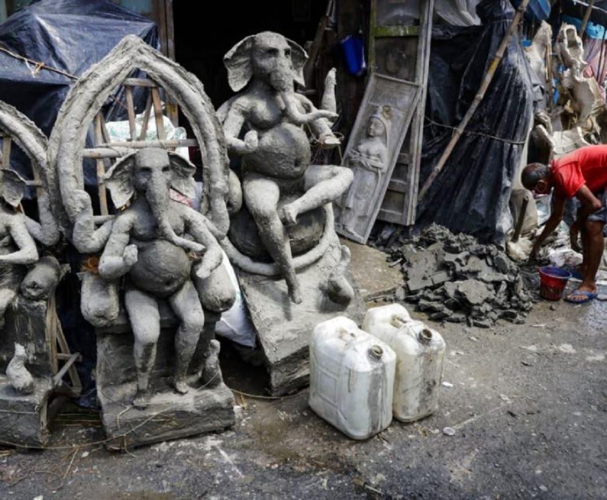 কলকাতাতে বৃষ্টিতে ভিজে যাচ্ছে মুর্তি। বিক্রি হয়নি একেবারেই। আপ্রাণ চেষ্টা করছেন শিল্পীরা মূর্তি বাঁচানোর। Image: AP