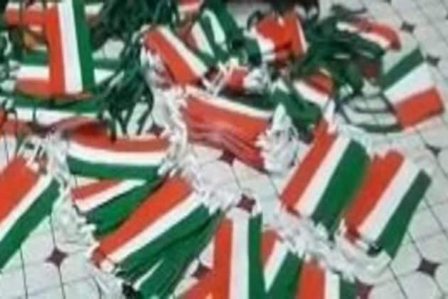 তেরঙ্গাই হাতিয়ার! স্বাধীনতা দিবসের আগে জাতীয় পতাকার রঙে মাস্ক তৈরি করেই পেট চলছেকালনার দম্পতির