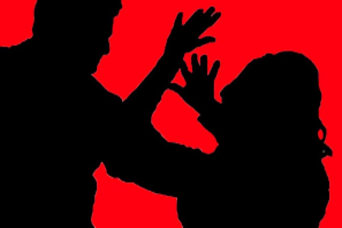 *পুলিশ সূত্রে জানা গিয়েছে, ধর্ষকদের মধ্যে একজনকে চিনতে পেরেছে কিশোরী। তবে আরেকজনকে সে চেনে না। অভিযুক্তদের বিরুদ্ধে অপহরণ, গণধর্ষণ এবং পকসো আইনে মামলা রুজু হয়েছে। তাদের খোঁজে তল্লাশি চলছে।প্রতীকী ছবি।