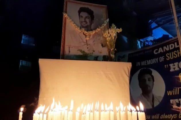 সুশান্ত মৃত্যু মামলায় নিরপেক্ষ CBI তদন্তের দাবি, মোমবাতি হাতে রাজপথে শহরবাসী