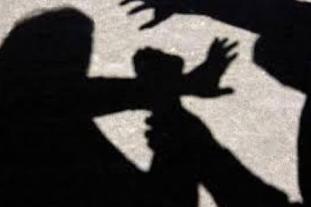▪️শুধু সন্তানকে নয়, শাশুড়িও তার হাত থেকে বাঁচেননি৷ তাকেও সজোরে আঘাত করেছেন ওই মহিলা৷ ভিডিওতে সেটা দেখা গিয়েছে৷ এই ভিডিও এখন সোশ্যাল মিডিয়ায় ভাইরাল! একজন মা কতটা নির্মম হতে পারেন, সেটাই সকলকে চোখে আঙুল দিয়ে দেখাচ্ছে এই ভিডিও৷ Representative Image