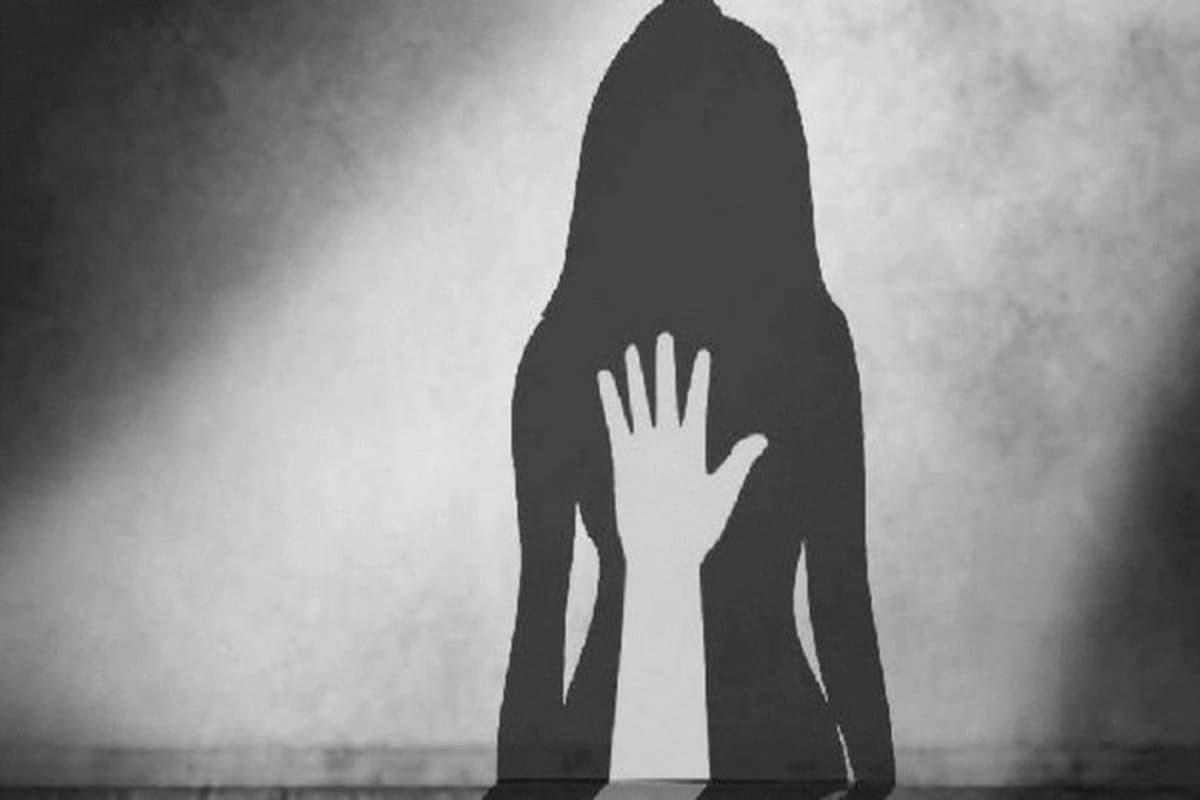 *ঘটনাটি ঘটেছে তামিলনাড়ুর কোয়েম্বাটুরের কৃষ্ণগিরি জেলার গুরুবারাপল্লিতে। অভিযুক্ত ধর্ষক নাবালক হওয়ায় তাকে জুভেনাইল আদালতে পেশ করা হয়। অভিযুক্তের বিরুদ্ধে ধর্ষণ, পকসো ধারায় মামলা রুজু হয়েছে। অন্যদিকে, যে কিশোর ঘটনা ক্যামেরাবন্দি করেছে তার বিরুদ্ধে আইটি আইনে মামলা রুজু হয়েছে।প্রতীকী ছবি।