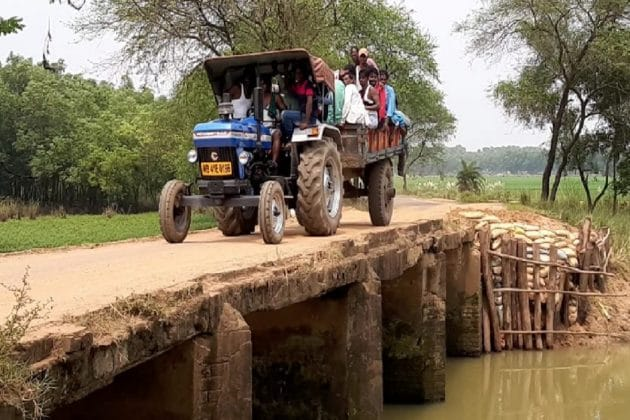 নেই গার্ডওয়াল, জরাজীর্ণ সেতু দিয়ে প্রাণ হাতে করে যাতায়াত করতে হচ্ছে বাসিন্দাদের