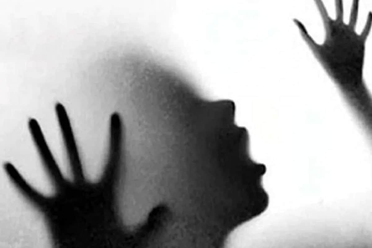 গত বছরের ডিসেম্বরে উন্নাও গণধর্ষণ মামলার একটি চাঞ্চল্যকর তথ্য সামনে এসেছে৷ উদ্ঘাটন হয়েছে মারাত্মক তথ্য৷ পুলিশ জানিয়েছে, বাবা ও ভাইয়ের বিরুদ্ধে ধর্ষণের অভিযোগ করেছিলেন এক মহিলা৷ ঘটনার শুরু বেশ কয়েক মাস আগে৷ Photo- Representative