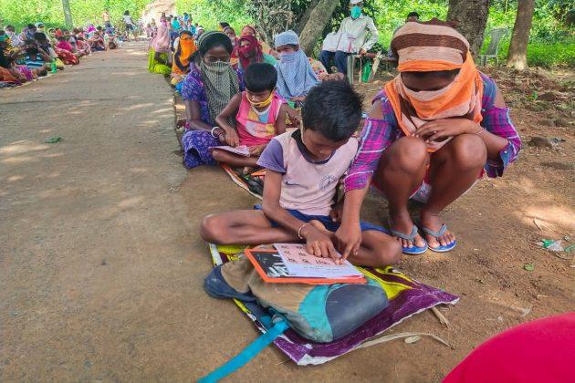 মা-বাবাকে পড়াচ্ছে সন্তানরা, জামুড়িয়ার আদিবাসী পাড়ায় 'বিরল' সাক্ষরতা অভিযান