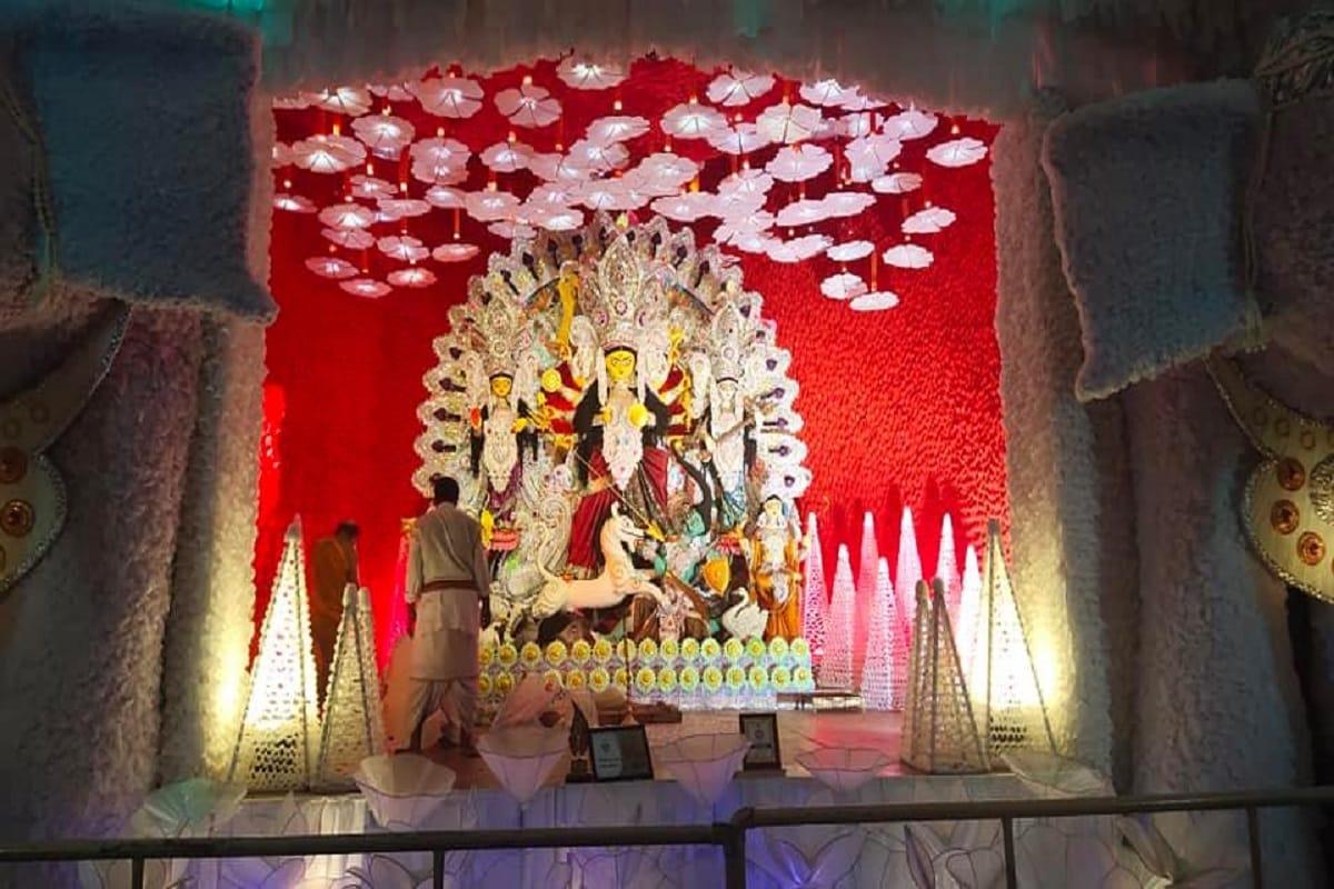 পুজো এবার একেবারেই অন্যরকম ৷ করোনার আবহে পুজোর আনন্দ করার এবার হাজার নিয়ম কানুন ৷ Photo: Abir Ghoshal