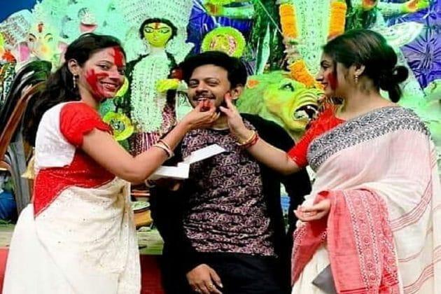 লাল পেড়ে সাদা শাড়িতে মা'কে বরণ, স্বামীর সঙ্গে জমিয়ে সিঁদুর খেললেন 'শ্যামা'