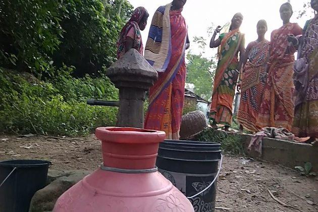 প্রায় ২১ দিন ধরে জল নেই বীরভূমের গ্রামে, দূরদূরান্ত থেকে জল বয়ে আনছেন গ্রামবাসীরা
