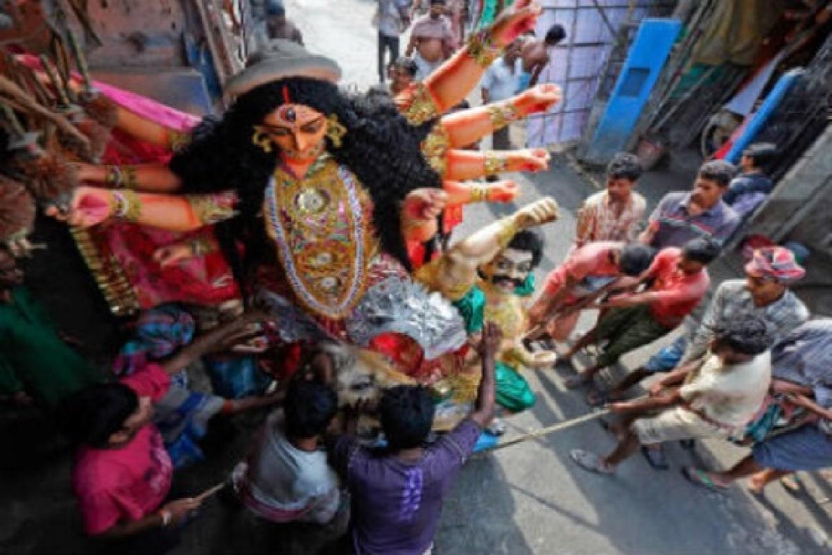 এবছর হাইকোর্টের নির্দেশের পরে মণ্ডপ ও প্রতিমা দেখতে হয়েছে দুরত্ব থেকে। কোথাও ব্যারিকেডে, তো কোথাও আবার দড়ির গায়ে ঝোলানো ছিল 'নো এন্ট্রি' বোর্ড। মানুষের জমায়েত কীভাবে নিয়ন্ত্রণ করা হবে তার রূপরেখা আগেই চূড়ান্ত করে ফেলেছে কলকাতা পুরসভা ও পুলিশ।কলকাতা পুরসভার প্রশাসনিক বোর্ডের সদস্য দেবাশিস কুমার জানিয়েছেন, পরিদর্শনের পর প্রাথমিকভাবে ছোট-বড় মিলিয়ে ১৫টি ঘাট-কে বিসর্জনের জন্য চিহ্নিত করা হয়েছে। প্রতিবারের মতো এবার ঘাটগুলি পর্যাপ্ত আলো ও ফুল-বেলপাতা-সহ অন্য সামগ্রী ফেলার আলাদা জায়গা থাকবে। পুজো কমিটির পাঁচজনের বেশি সদস্য ঘাটে প্রবেশ করতে পারবেন না।Photo-Representative