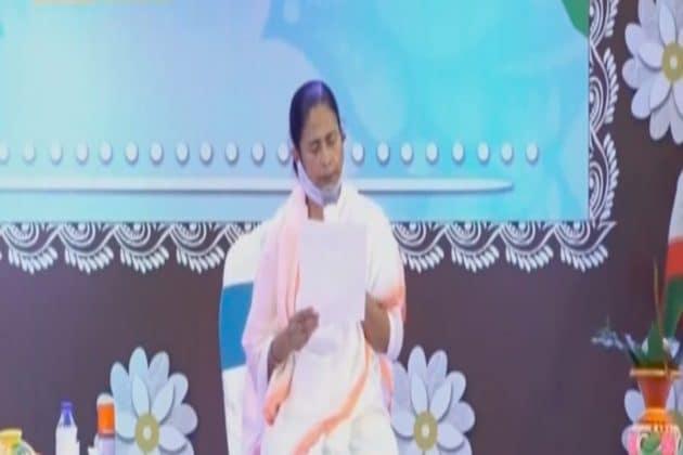 কল্পতরু মমতা... ১ লক্ষ হকারকে ২০০০ টাকা ভাতা, পুজো উদ্বোধনের মঞ্চ থেকে রাজনৈতিক দিলেন কড়া বার্তা