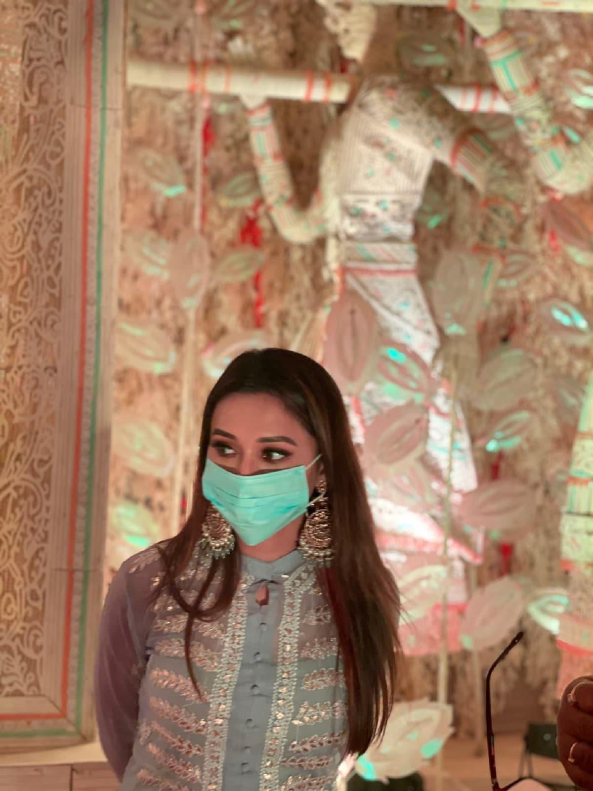 কালী পুজোর ক্ষেত্রেও কড়া প্রশাসন। প্রতিবারের মতো পুজোর আমেজটাই নেই এ বছর। তবুও কি মায়ের আরাধনা হচ্ছে না ! নিশ্চয়ই হচ্ছে। সব কিছু হচ্ছে করোনা সর্তকতা মেনেই।