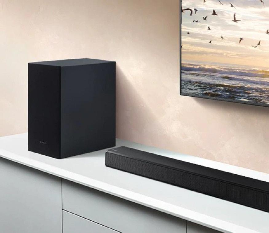 Samsung HW-T550 soundbar - যদি আপনার বন্ধু লাউড মিউজিক পছন্দ করেন বা অবসরে টিভিতে ডুব দেন, তা হলে তাঁর জন্য সেরা উপহার হতে পারে এই Samsung HW-T550 soundbar। এর দাম ২১,৯৯০ টাকা। এতে Dolby Digital ও DTS দুই সাপোর্ট করে। এই সাউন্ডবারের 3D আউটপুট যে কোনও শ্রোতার কাছে এক মনোরম অভিজ্ঞতা।