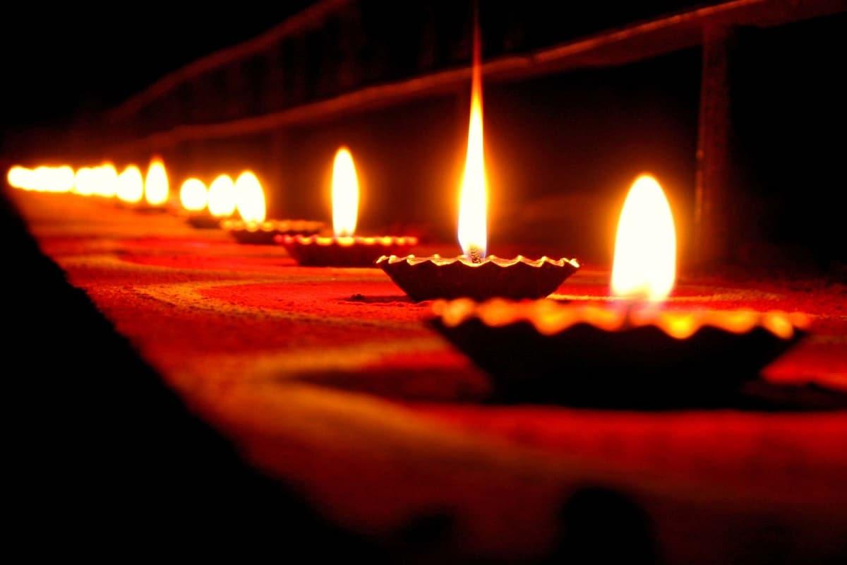 ৬) গরীব মানুষে খাবার বা অন্য কোনও সামগ্রী উপহার দিন ৷