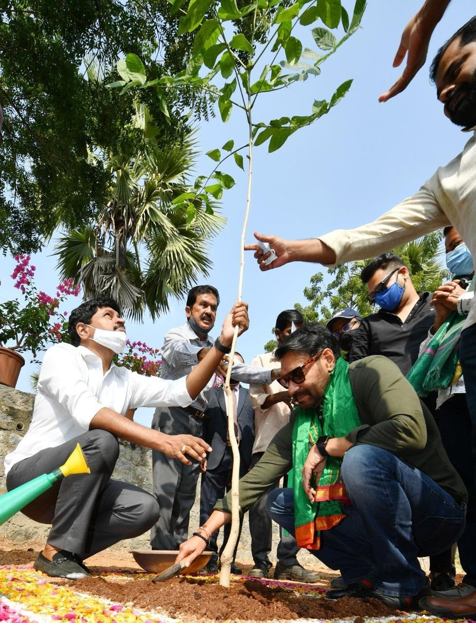 Green India challenge-এ অংশ নিয়ে হায়দরাবাদে রামোজি ফিল্ম সিটিতে গাছের চারা লাগালেন অজয় দেবগণ