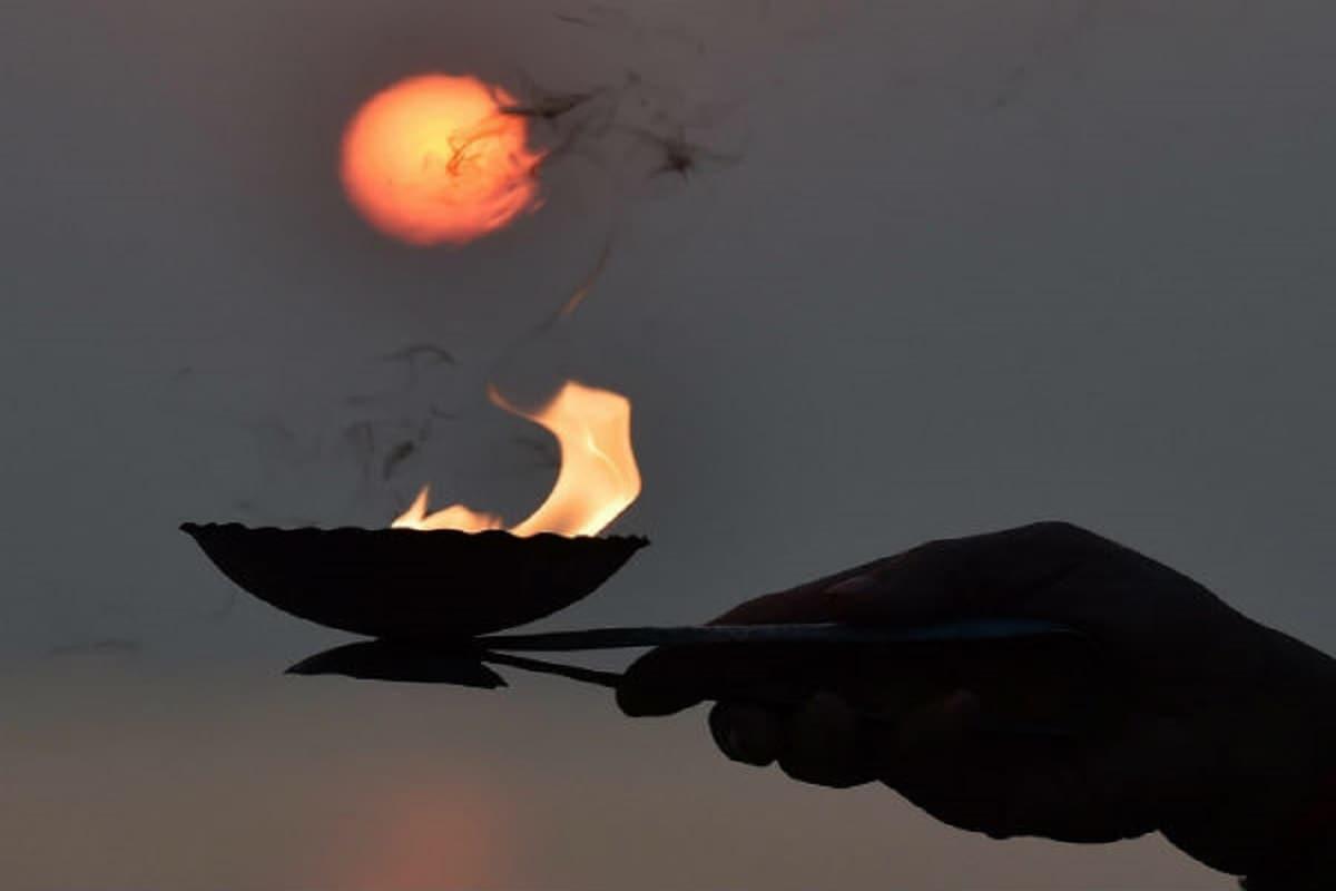 ভারতের নানা রাজ্যে এই উৎসবের নানা নাম, বিভিন্ন বৈশিষ্ট্য, মেয়াদও আলাদা। কোথাও কোথাও চার দিন পর্যন্তও উৎসব চলে। বাংলায় পৌষ সংক্রান্তি, তামিলনাড়ুতে পোঙ্গল, গুজরাতে উত্তরায়ণ, অসমে ভোগালি বিহু, কর্নাটকে মকর সংক্রমণ, কাশ্মীরে শায়েন-ক্রাত—এমন নানা নামে এই একই উৎসব পালন করা হয়। হিন্দুশাস্ত্র মতে, পৌষ সংক্রান্তিতে এই কাজগুলো ভুলেও করবেন না, টাকার অভাব, অশান্তি, দুর্ভাগ্যের কালো মেঘে জীবন অতিষ্ট হয়ে উঠবে--